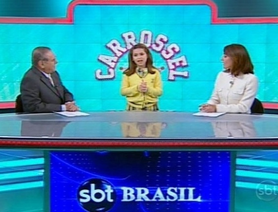 "17.jun.2013 - A apresentadora mirim Maísa divulga a ""TV Carrossel"" na bancada do telejornal ""SBT Brasil"""