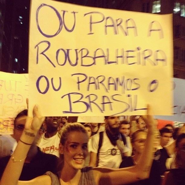 17.jun.2013 - A modelo Yasmin Brunet carrega cartaz durante protesto no Rio