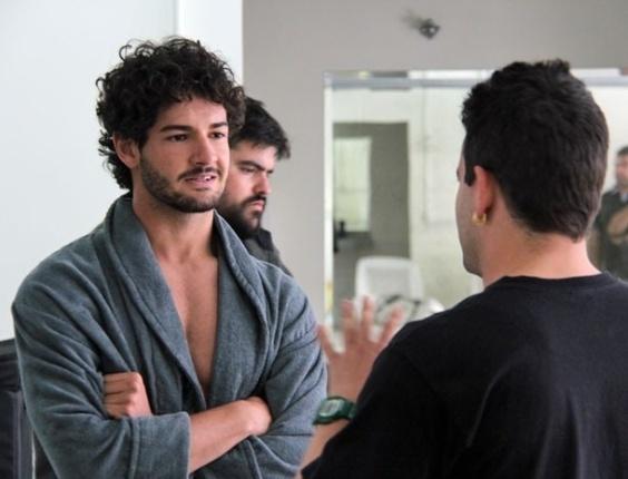 17.jun.2013 - Alexandre Pato recebe as orientações do diretor Marco Rodrigo em gravações de
