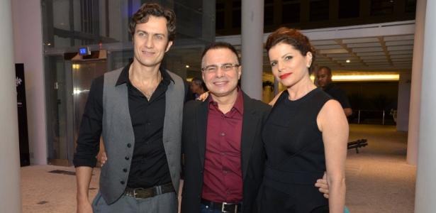 O dramaturgo Ricardo Linhares, que adaptou a obra de Dias Gomes, é ladeado por Gabriel Braga Nunes e Debora Bloch