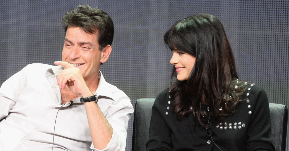 28.jul.2012 - Charlie Sheen e Selma Blair participam do painel de
