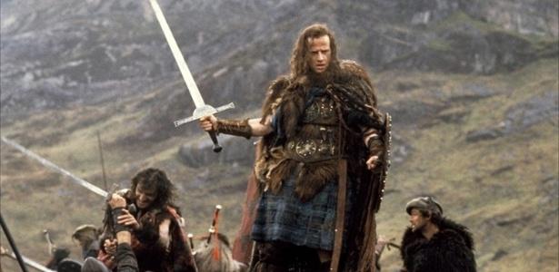 """Christopher Lambert encarna um guerreiro imortal do século 16 usando kilt (saia tradicional escocesa), em """"Highlander"""" (1986)"""