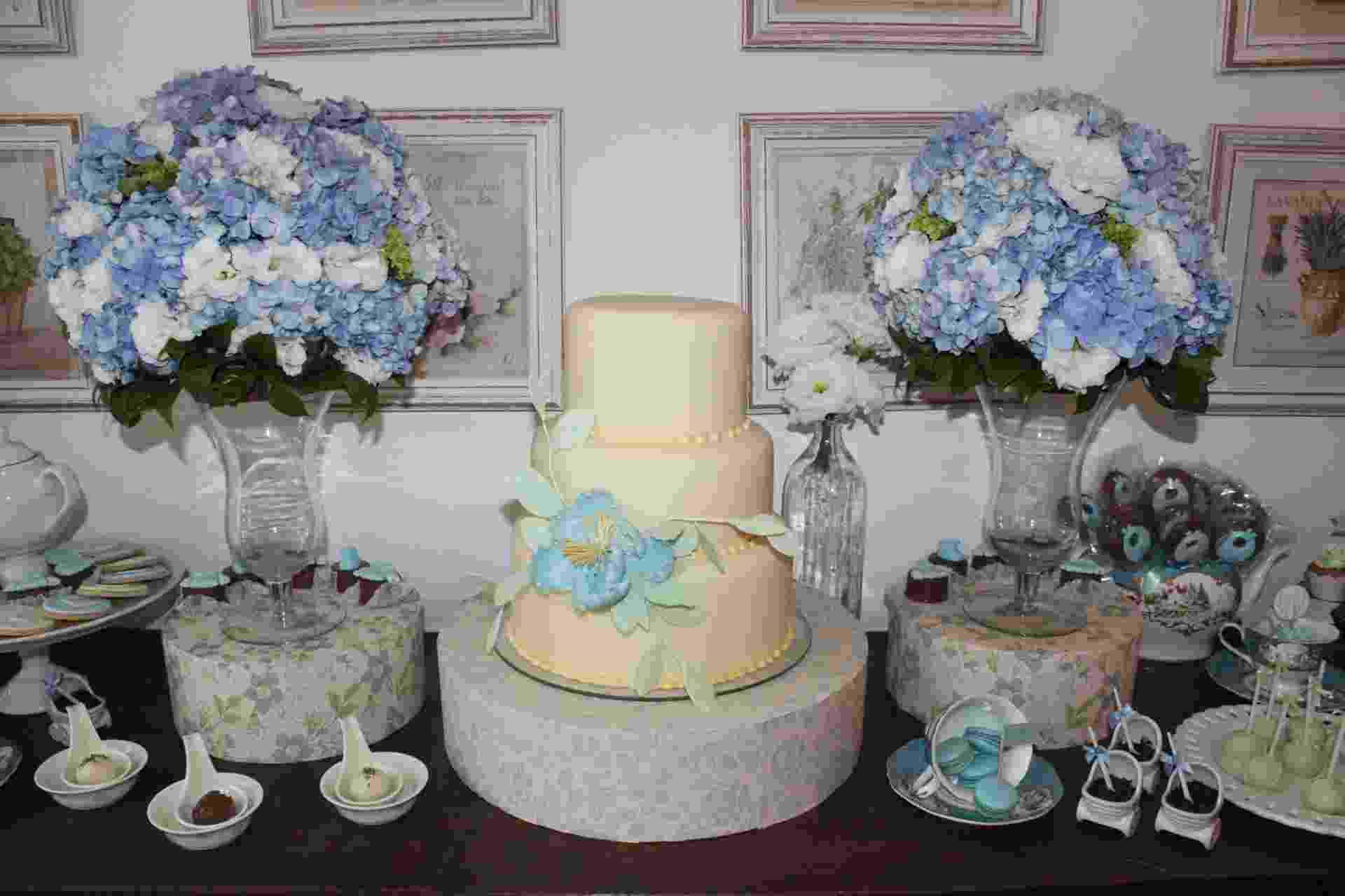 Na mesa de doces do chá de apresentação planejado pelo Studio Decor, o azul estava em todos os detalhes, inclusive nos buquês de hortênsias. Peças de porcelana completavam a decoração. www.studiodecoreventos.com.br - Divulgação