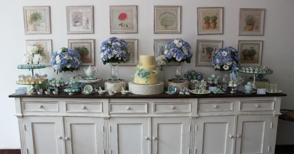 O bolo e os doces foram colocados sobre o móvel da sala de jantar da família, valorizando o ambiente por onde circulariam os convidados. Por Studio Decor. www.studiodecoreventos.com.br