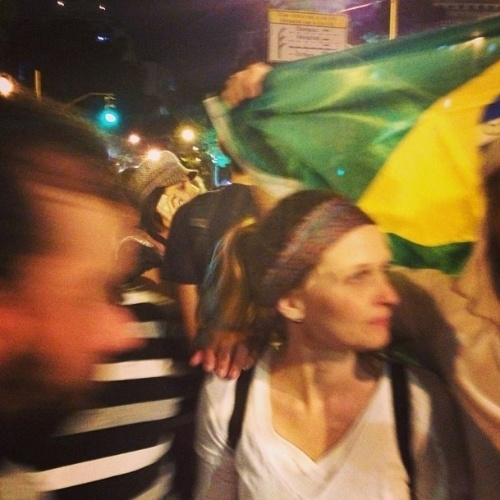17.jun.2013 - A atriz Fernanda Rodrigues participa de protesto no Rio de Janeiro
