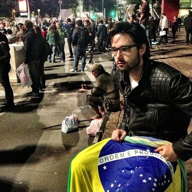 """17.jun.2013 - O ator Sérgio Marone em manifestação em São Paulo. """"Ou o Brasil muda ou o Brasil para!"""", escreveu"""