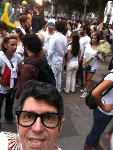 """17.jun.2013 - O cantor Leoni publicou foto em seu Facebook direto da manifestação. """"Concentração na Praça XV"""", escreveu"""