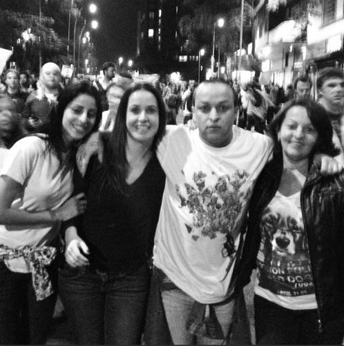 17.jun.2013 - O estilista e DJ Walério Araújo participa de manifestação e publica foto em seu Instagram