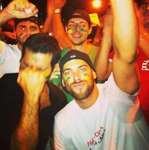 """17.jun.2013 - O ex-BBB Mau Mau foi com amigos à manifestação no Rio de Janeiro pedindo mudanças no Brasil. """"#protesto #atitude #força #união"""", escreveu na legenda da foto em seu instagram"""