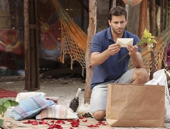 """Em """"Flor do Caribe"""", Cassiano prepara supresa romântica para Ester"""