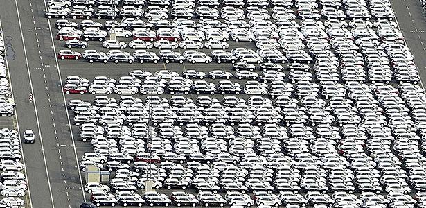Pátio lotado de carros é visto na cidade de Bremerhaven, na Alemanha - Fabian Bimmer/Reuters
