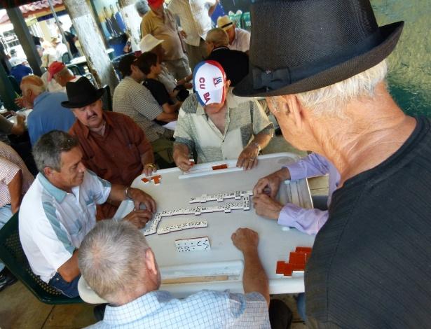 Cubanos jogam dominó no bairro de Little Havana, em Miami