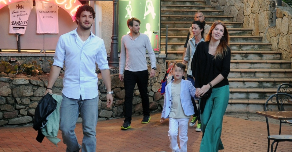 10.jun.2013 - O jogador Alexandre Pato passeia com a namorada Barbara Berlusconi e seus filhos na Sardenha, Itália
