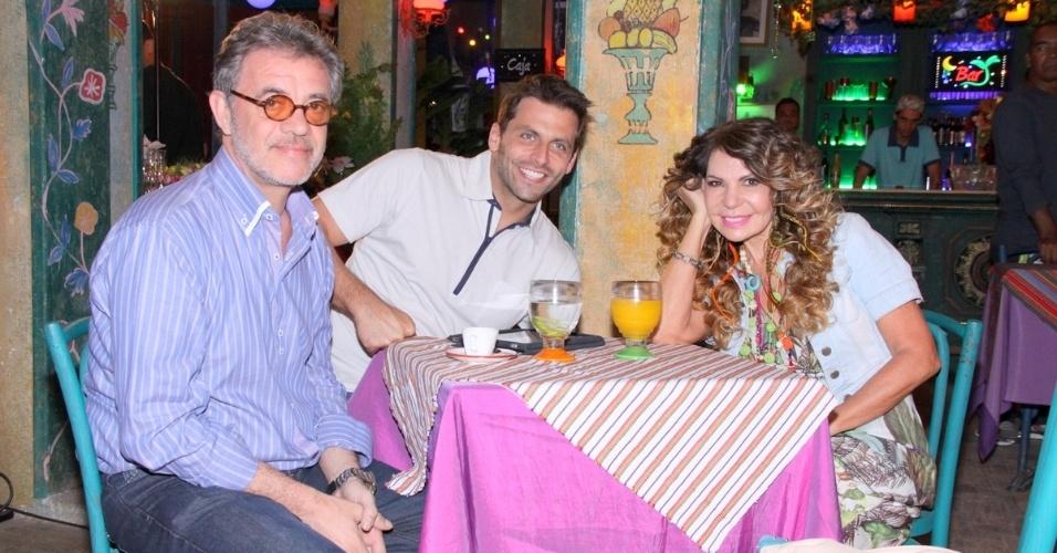 """18.jun.2013 - A cantora Elba Ramalho grava """"Flor do Caribe"""" ao lado dos atores Jean Pierre Noher e Henri Castelli"""