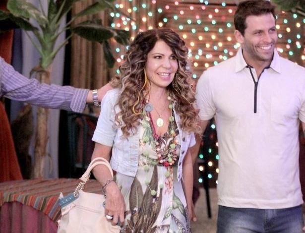 """18.jun.2013 - Ao lado do ator Henri Castelli, o Cassiano, a cantora Elba Ramalho grava participação em """"Flor do Caribe"""""""