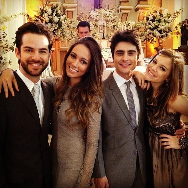 """18.jun.2013 - Bruno Dubeux, Wanessa Alves, Guilherme Leicam e Alice Wegmann tiram foto juntos nos bastidores do casamento de """"Malhação"""". """""""""""