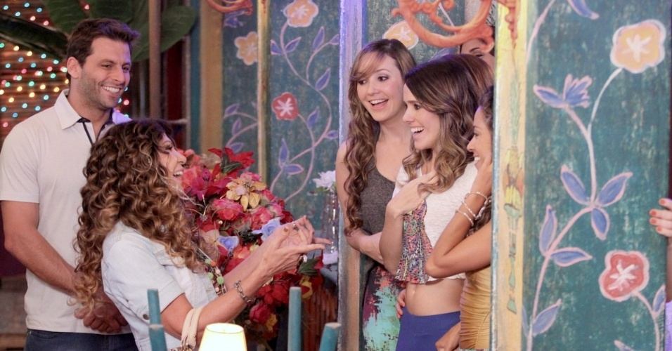 18.jun.2013 - Elba Ramalho é recebida pelas bailarinas do bar Flor do Caribe durante gravação da novela
