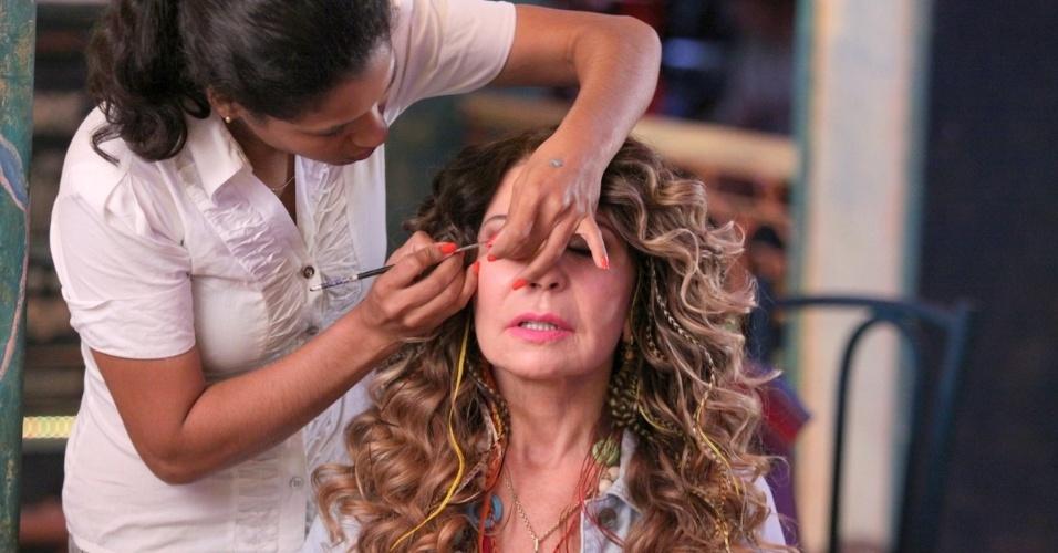 """18.jun.2013 - Elba Ramalho recebe os últimos retoques na maquiagem antes de gravar """"Flor do Caribe"""""""