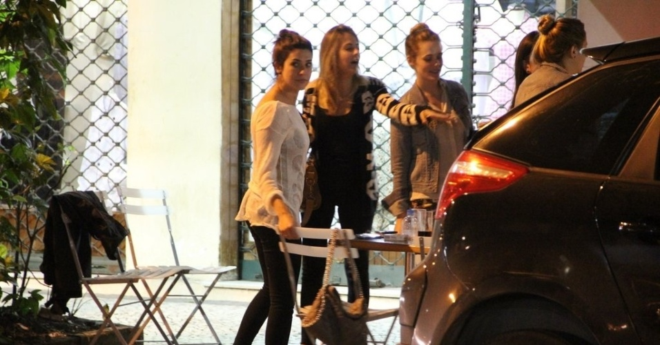 18.jun.2013 - Fernanda Paes Leme se diverte com amigas em barzinho do Leblon, Rio de Janeiro