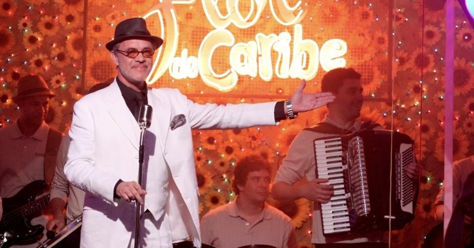 18.jun.2013 - Jean Pierre Noher, intérprete do personagem Duque, apresenta Elba Ramalho como atração do bar Flor do Caribe