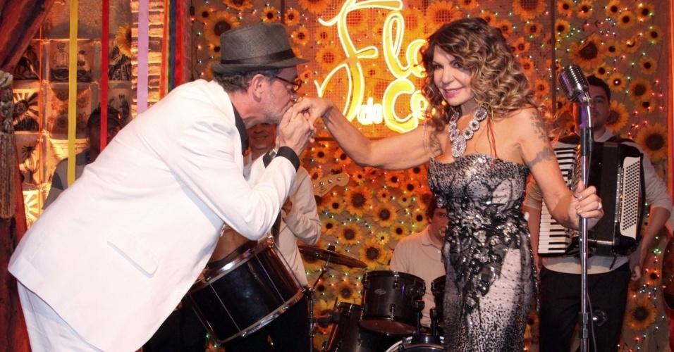 18.jun.2013 - Jean Pierre Noher, intérprete do personagem Duque, apresenta Elba Ramalho como atração do bar Flor do Caribe e beija a mão da cantora