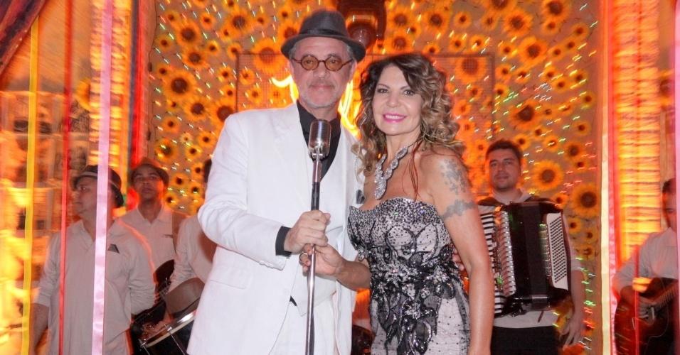 18.jun.2013 - Jean Pierre Noher, o Duque, recebe a cantora Elba Ramalho como a grande atração do bar Flor do Caribe