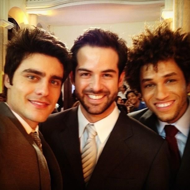 """18.jun.2013 - O ator Bruno Dubeux (centro) posa com os colegas Guilherme Leican (esq) e Bruno Quixote (dir) nos bastidores do casamento de """"Malhação"""""""