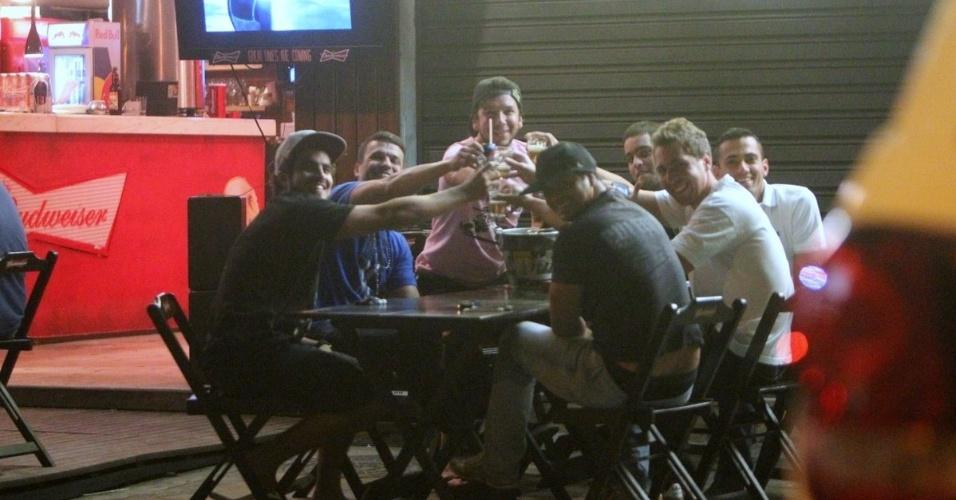18.jun.2013 - O ator Caio Castro se diverte com amigos em barzinho na Barra da Tijuca, Rio de Janeiro