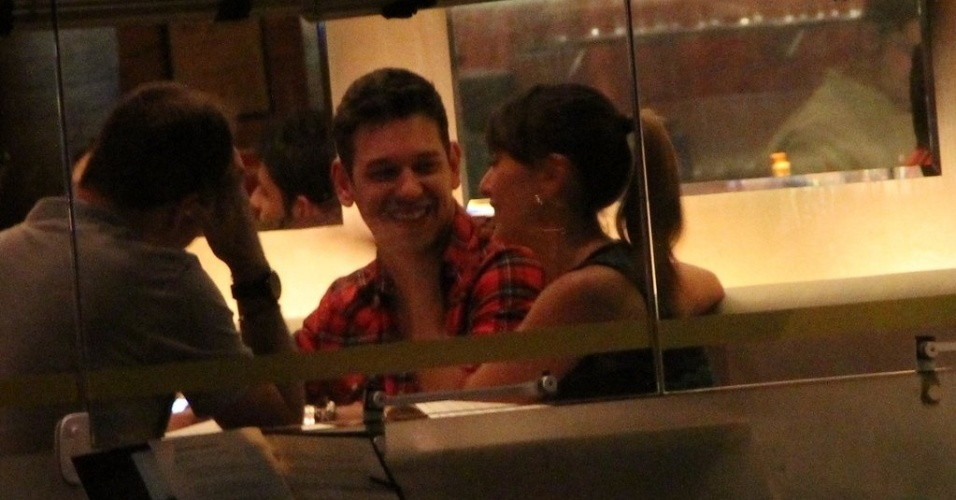 18.jun.2013 - Sabrina Sato janta com namorado João Vicente de Castro e amigos no Leblon, Rio de Janeiro