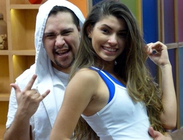 18.jun.2013 - Tiago Abravanel ensaia rock com Ana Paula Guedes para a