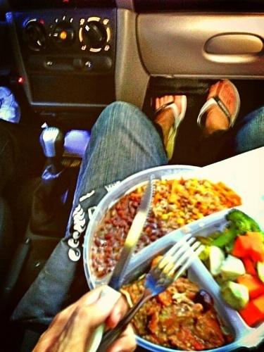 """19.jun.2013 - A vida não está fácil para o Félix de """"Amor à Vida"""". Seu intérprete, o ator Mateus Solano, publicou foto mostrando que almoçou dentro do carro. """"Boa tarde! Cada um almoça onde consegue.... """", escreveu o ator"""