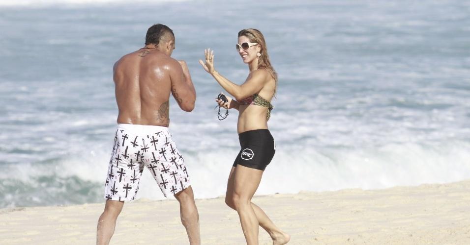 19.jun.2013 - O lutador Vitor Belfort recebe a ajuda da mulher, Joana Prado, ao treinar na praia da Barra da Tijuca, no Rio de Janeiro