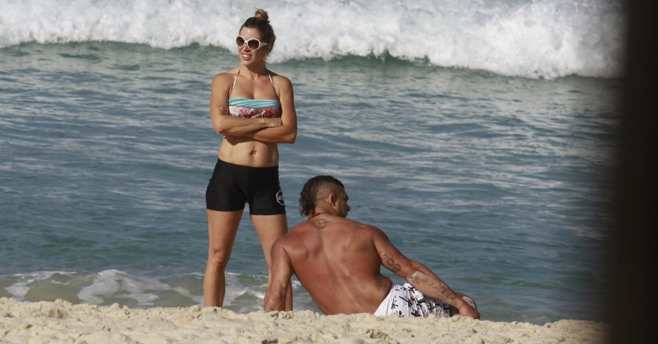 19.jun.2013 - Vitor Belfort e Joana Prado fazem alongamento na praia da Barra da Tijuca, no Rio de Janeiro