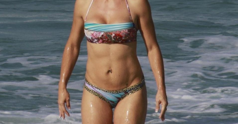 cv19.jun.2013 - Joana Prado se refresca na praia da Barra da Tijuca, no Rio de Janeiro. A apresentadora está acompanhada do marido, o lutador Vitor Belfort