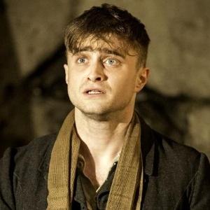 """Daniel Radcliffe em cena de espetáculo teatral """"The Cripple of Inishmaan"""" - Divulgação"""