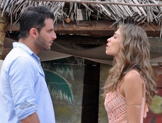 """Em """"Flor do Caribe"""", Ester e Cassiano brigam e ela diz que continua na mansão"""