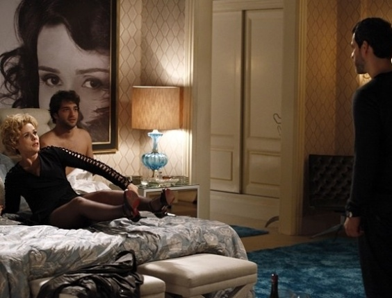 """Em """"Sangue Bom"""", Natan flagra Fabinho e Bárbara Ellen na cama"""