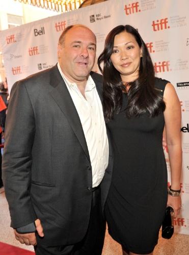 """15.set.2011 - James Gandolfini e a mulher, Deborah Lin, posam para fotos no tapete vermelho da première de """"Violet & Daisy"""" no Festival Internacional de Cinema de Toronto"""