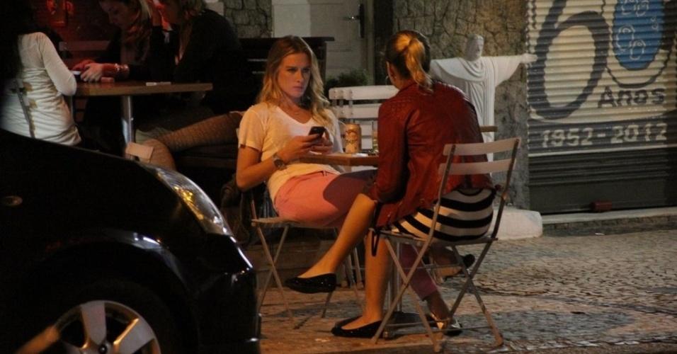 19.jun.2013 - A atriz, modelo e apresentadora Fiorella Mattheis vai com amiga a barzinho no Leblon, Rio de Janeiro