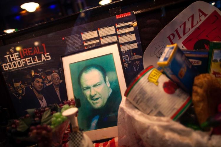 19.jun.2013 - Uma foto de James Gandolfini é colocada na janela de um restaurante no bairro de Little Italy, em Nova York, em homenagem ao ator que morreu aos 51 anos