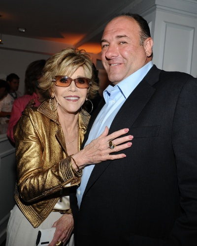 "20.jun.2012 - Jane Fonda e James Gandolfini posam abraçados na festa da série ""Newsroom"", em Hollywood"