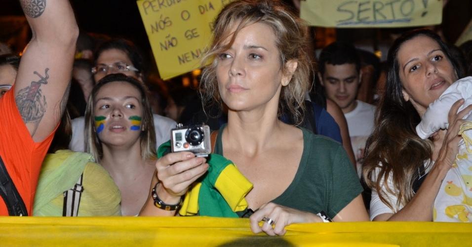 20.jun.2013 - A atriz Christine Fernandes participa da mobilização no Rio de Janeiro, nesta quinta-feira