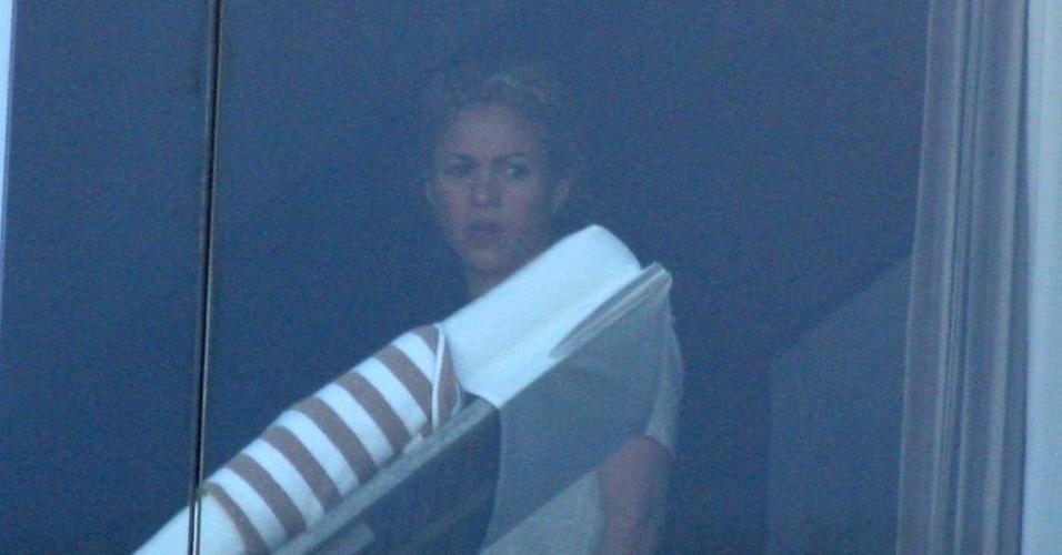 20.jun.2013 - A cantora colombiana Shakira aparece na janela de seu quarto no hotel Fasano