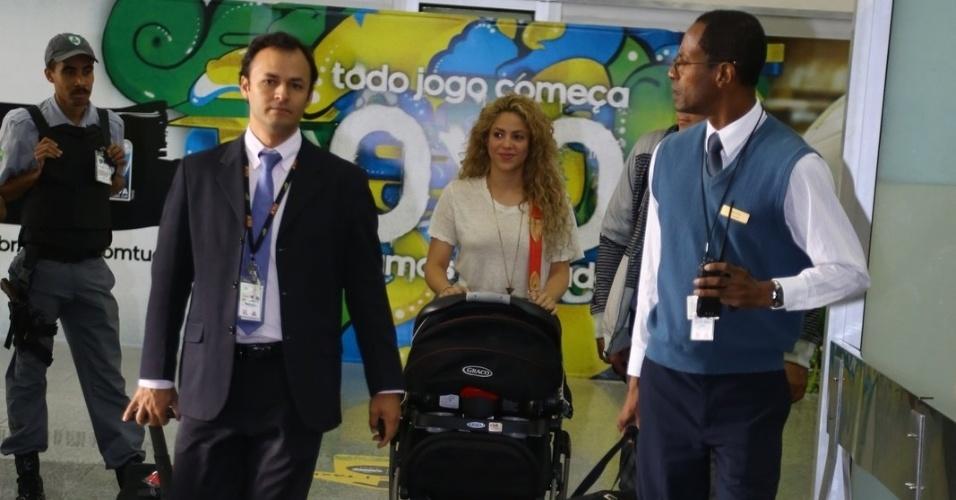 20.jun.2013 - A cantora colombiana Shakira desembarca no aeroporto internacional do Rio de Janeiro com o filho Milan. Ela veio acompanhar o namorado, o jogador da seleção espanhola Piqué