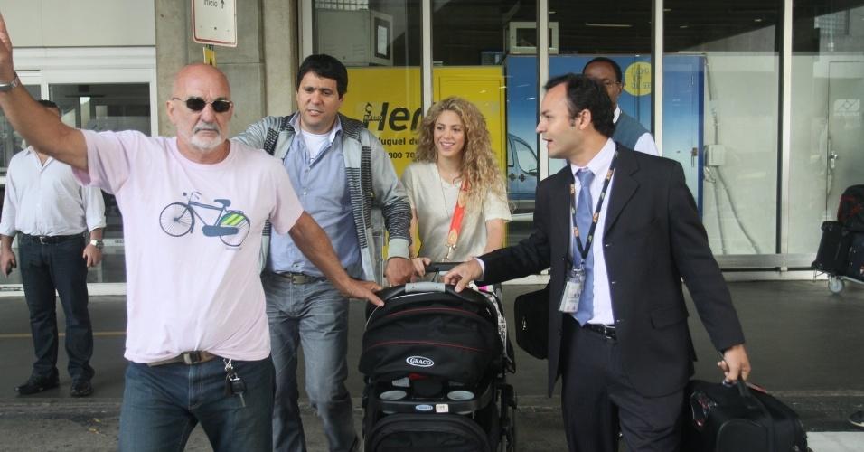 20.jun.2013 - A cantora Shakira desembarca no aeroporto internacional do Rio de Janeiro com o filho Milan. Ela veio acompanhar o namorado, o jogador da seleção espanhola Piqué