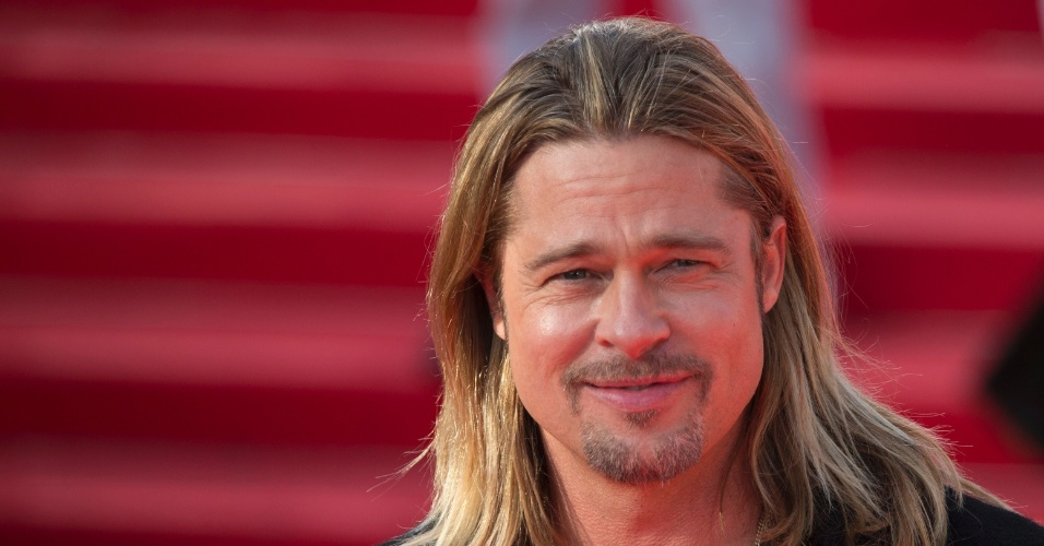 20.jun.2013 - Brad Pitt teve paciência com seus vários fãs, em sua maioria garotas, que o esperavam na porta do 35º Festival de Cinema de Moscou