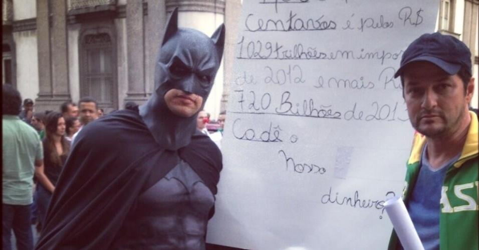 20.jun.2013 - O ator Marcelo Serrado protestou na frente da igreja Candelária, no Rio