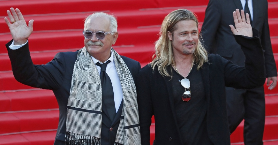 20.jun.2013 - O diretor russo Nikita Mikhalkov e o ator Brad Pitt abrem o 35º Festival de Cinema de Moscou com