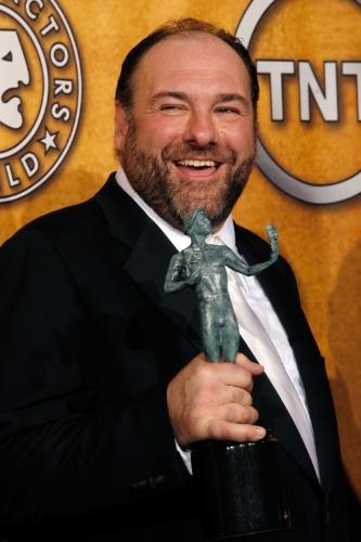 27.jan.2008 -  James Gandolfini posa com seu prêmio de melhor ator em série dramática no Screen Actors Guild Awards, em Los Angeles
