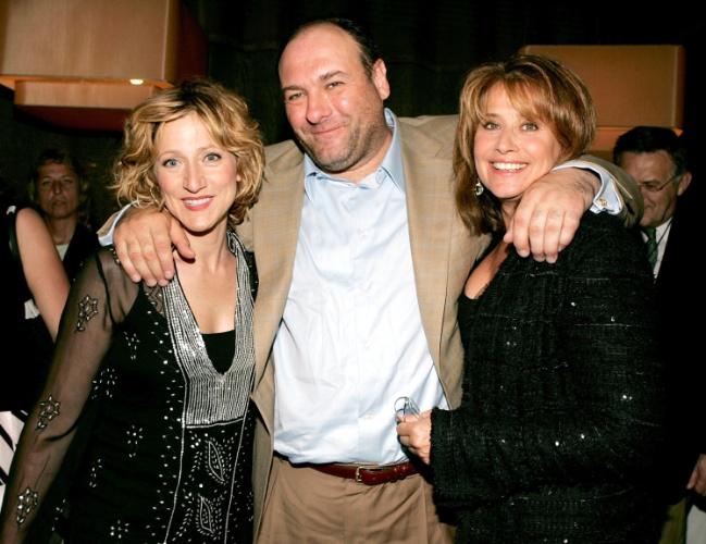 """6.jun.2005 - James Gandolfini posa ao lado de suas colegas em """"Família Soprano"""" Edie Falco e Lorraine Bracco, na festa de lançamento do DVD da quinta temporada da série, em Nova York"""